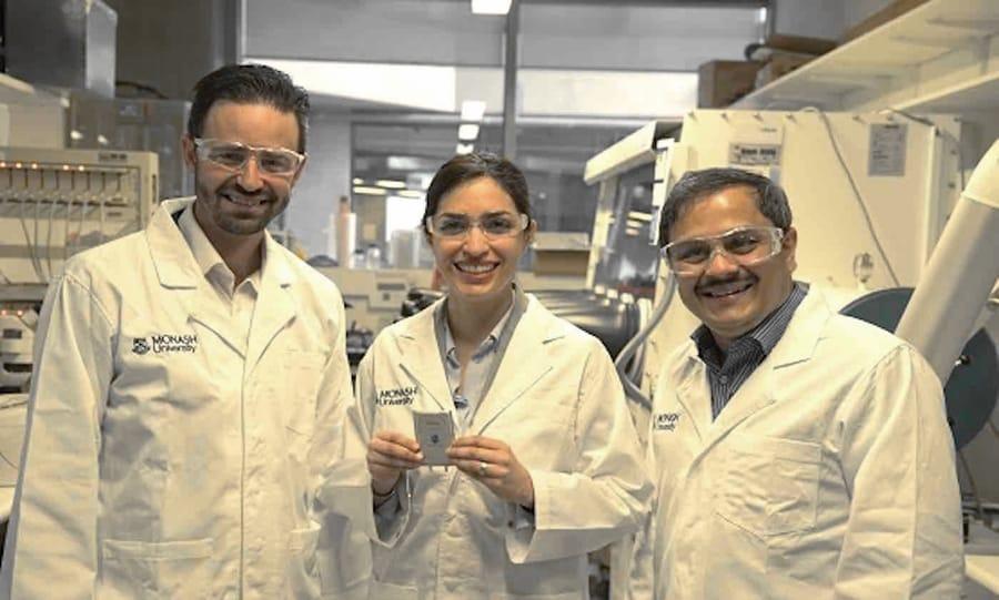 La ricercatrice Mahdokht Shaibani, al centro, con il prototipo della batteria Li-S (foto della Monash University)