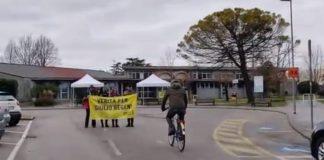 Pif mentre porta la bici alla famiglia di Giulio Regeni