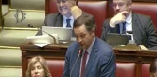 Filippo Sensi durante il discorso alla Camera sull'obesità