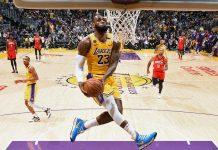 LeBron James durante la schiacciata contro i Rockets