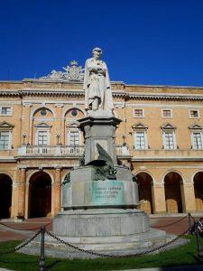 Il monumento a Giacomo Leopardi a Recanati