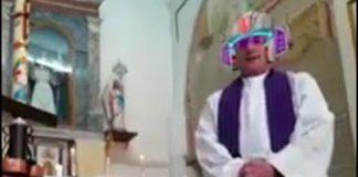 Il parroco di Polla durante la diretta Facebook