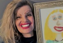 La signora Denise Ekstrand agghindata come il ritratto di sua figlia