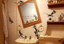 Il bagno di Banksy, che sta lavorando da casa per il coronavirus
