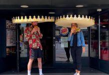 Le corone in formato maxi regalate al Burger King per il distanziamento sociale