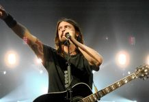 Dave Grohl dei Foo Fighters sul palco (foto di Lindsay via Flickr)