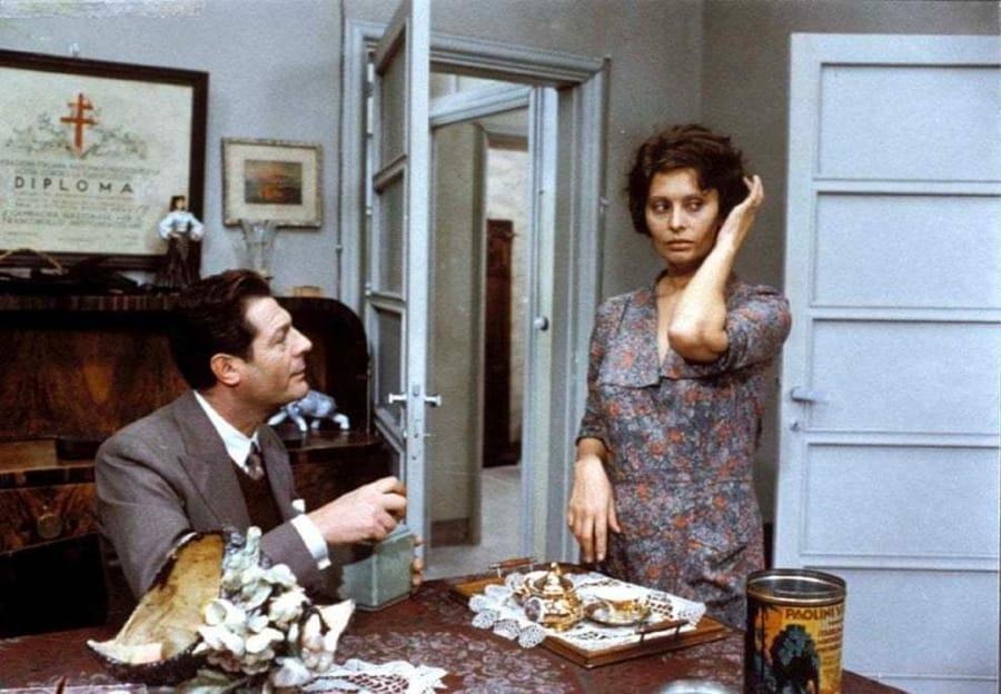 Una scena di Una giornata particolare con Marcello Mastroianni e Sophia Loren