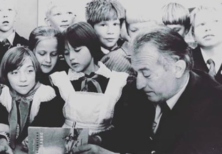 Gianni Rodari circondato da bambini
