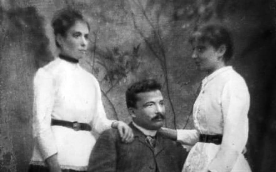 Giovanni Pascoli con le sorelle