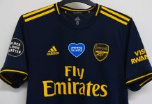 La maglia dell'Arsenal con l'elogio all'NHS e al Black Lives Matter