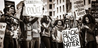 Le proteste in America per le violenze della polizia contro gli afroamericani (foto di Johnny Silvercloud via Flickr)