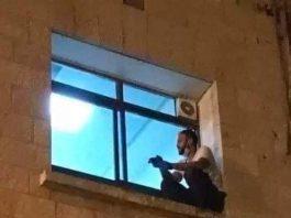 Jihad Al-Suwaiti, ragazzo palestinese, mentre assiste la madre malata