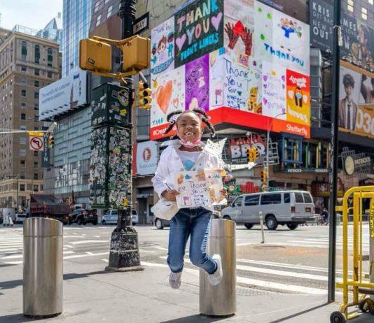 Times Square con i disegni dei bambini