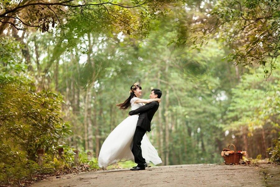 Gli sposi abbracciati dopo il matrimonio