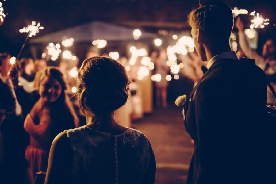 Gli sposi sorpresi dalle luci degli amici