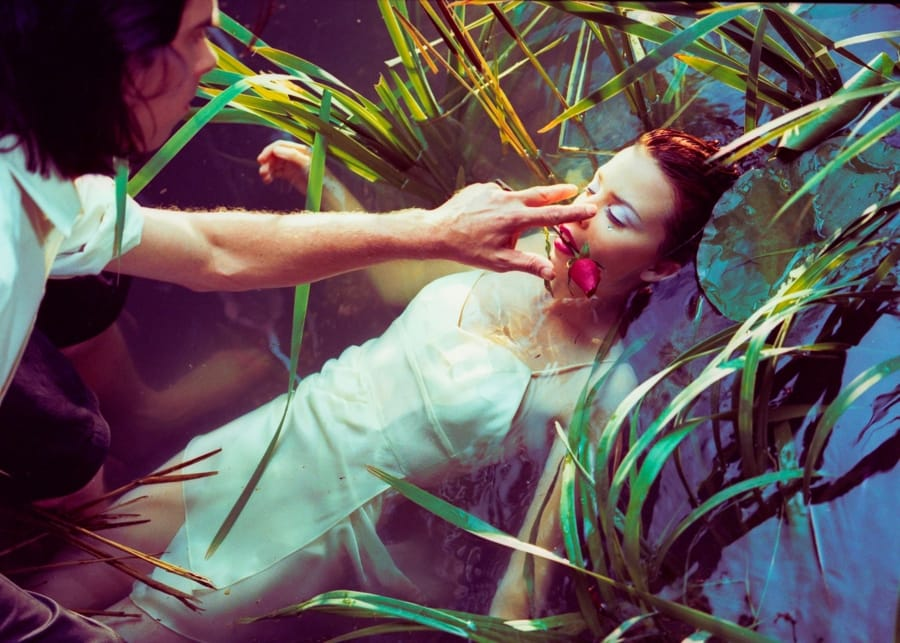 Un fotogramma del video di Where the Wild Roses Grow con Nick Cave e Kylie Minogue