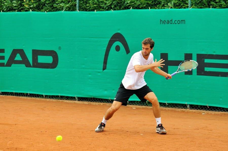 Un giocatore di tennis pronto ad esibire il dritto