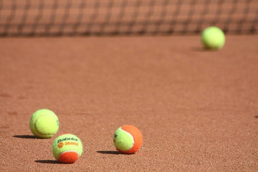 Le palline da tennis sul campo