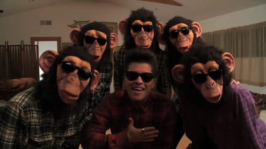 Un fotogramma del video di The Lazy Song di Bruno Mars